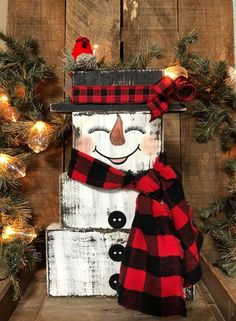 Frosty the Snowman, Rustic Christmas Decorations, Vintage Holiday Decor, Farmhouse Snowman, Reclaime Frosty the Snowman! These adorable hand painted snowmen are made from reclaimed wood and measure approximately 15 Christmas Wood Crafts, Farmhouse Christmas Decor, Christmas Projects, Holiday Crafts, Christmas Diy, Christmas Wreaths, All Things Christmas, 1950s Christmas, Pallet Christmas