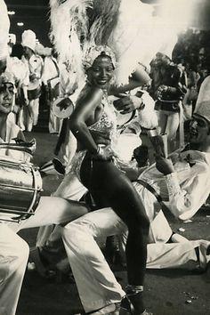 A bateria da escola de samba Pérola Negra desfila pelas ruas de São Paulo no carnaval de 1977