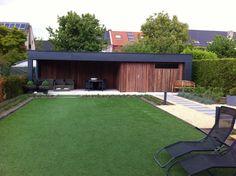 Design tuinhuis Cubic van Red Cedar hout in combinatie met een luifel van Volkern kunststof. Dit moderne tuinhuis is onderhoudsvrij en in zeer veel afmetingen beschikbaar. Ook op maat te maken....