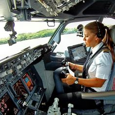 Meet Maria Fernanda, copilot on the AeroMexico 737.