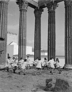 Children playing in the temple of Diana (Évora) - 1973 // Viver Évora - David Freitas