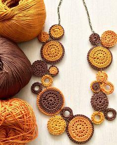 Knitting patterns, knitting designs, knitting for beginners. Crochet Necklace Pattern, Crochet Jewelry Patterns, Crochet Bracelet, Crochet Accessories, Crochet Designs, Crochet Earrings, Textile Jewelry, Fabric Jewelry, Jewelry Crafts