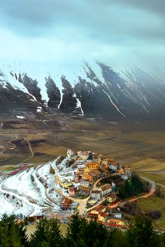 Castelluccio in Umbria, Italia. Places To Travel, Places To See, Travel Destinations, Wonderful Places, Beautiful Places, Magic Places, Destination Voyage, Parcs, Adventure Is Out There