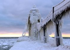 Latarnia morska i most w soplach lodu