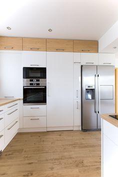 Bílá kuchyně s americkou lednicí Kitchen Cabinets Decor, Kitchen Room Design, Modern Kitchen Design, Home Decor Kitchen, Kitchen Living, Kitchen Interior, Home Kitchens, Clever Kitchen Ideas, Small Apartment Kitchen