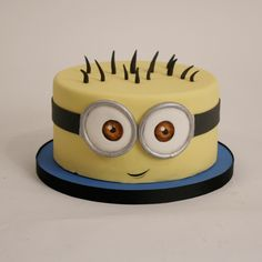 Minions are cute dwarf creatures that quickly won the hearts of everyone with the release of the movie with the same name. Minion Birthday, Minion Party, Birthday Cakes, Geek Birthday, 2nd Birthday, Fancy Cakes, Cute Cakes, Bolo Minion, Minion Cakes