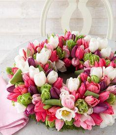Blütenpolster: Die Tulpen auf eine Länge von etwa acht Zentimeter schneiden und dicht an dicht in einen Mooskranz stecken. Abschließend noch den unteren Rand...