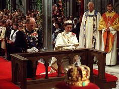NIDAROSDOMEN 23. JUNI 1991: Kong Harald og dronning Sonja kneler i bønn foran alteret i Nidarosdomen. Foran dem ser vi Norges kongekrone, som sist ble båret av Haralds farfar, kong Haakon 7. ved kroningen i 1906 – også det i Nidarosdomen. (Scanpix/ntb)