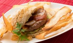 Hamburguesa de ternera con chips de yuca