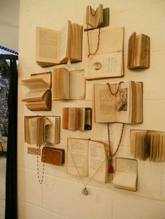 Jewelry Book Display More jewelry organizer wall display ideas Easy And Beautiful DIY Projects Made With Old Books 2017 Books Decor, Fur Vintage, Vintage Books, Vintage Ideas, Antique Books, Vintage Frames, Vintage Walls, Vintage Photos, Vintage Display