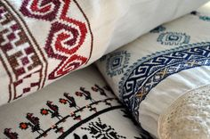 romanian pillows Ethnic Design, Traditional Design, Textures Patterns, Fiber Art, Folk Art, Knitting Patterns, Cross Stitch, Arts And Crafts, Design Inspiration