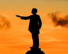 Castro Alves - Antônio Frederico de Castro Alves foi um poeta baiano nascido na localidade de Curralinho, hoje cidade de Castro Alves. Ficou conhecido como Poeta dos Escravos por sua poesia de combate a escravidão. Sua estátua está localizada na praça que leva seu nome no Centro Histórico de Salvador. Viveu de 1847 a 1871.