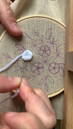 Hand Embroidery Patterns Flowers, Basic Embroidery Stitches, Hand Embroidery Videos, Simple Embroidery, Embroidery Hoop Art, Hand Embroidery Designs, Embroidery Techniques, Wedding Bouquet, Wagon Wheel