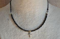 Gargantilla de cristal de roca negro con cruz de estras pequeña