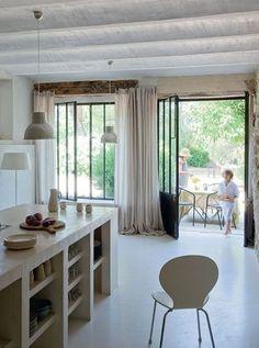 Cuisine n°1 : Un grand îlot en béton blanc pour une cuisine douce et pratique  Un bien être incroyable cette cuisine de campagne!