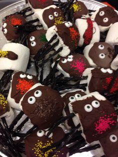 Chocolate marshmallow spiders Bug Party Food, Chocolate Marshmallows, Spiders, Gingerbread Cookies, Desserts, Gingerbread Cupcakes, Tailgate Desserts, Deserts, Spider