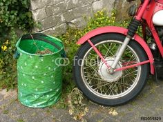 Speichenrad mit rotem Schutzblech eines dänischen Nimbus MK II Motorrad aus den Fünfziger Jahren in Oerlinghausen bei Detmold im Teutoburger Wald