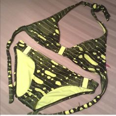 Super hot bikini! Wow mms large top and medium bottoms. Be one yellow and black make you look very tan. Only worn a handle of times. Swim Bikinis