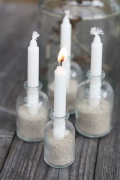 DIY candle holders - made of small bottles White Candles, Diy Candles, Sand Candles, Advent Candles, Christmas Candles, Christmas Decorations, Candels, Candle Lanterns, Chandelier Bougie