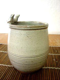 Conjunto para banheiro com duas peças, um porta escovas ou pincéis de maquiagem e uma saboneteira, feitos em cerâmica de alta temperatura.  Disponível nas cores branco e areia.