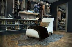 Begehbarer Kleiderschrank mit Sessel und Metall-Schuhregalen