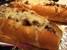 Un recette de sous-marin au bœuf haché à l'oignon, le tout gratiné.  SANDWICHS AU BŒUF HACHÉ GRATINÉ  -1 1/2 lb de bœuf haché -2 oignons ém... Homemade Sandwich Bread, Sandwich Recipes, Rage, Beef Recipes, Cooking Recipes, Canadian Food, Picnic Foods, Food Goals, Wrap Sandwiches