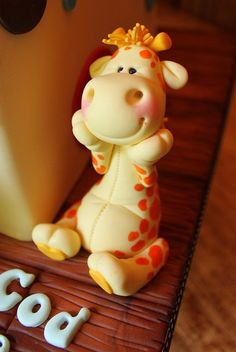 baby giraffe fondant figure... so CUTE I just want to squeeze him!