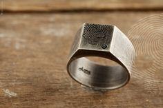 anel masculino Skull by QUO. Feito à mão em prata italiana 925. Aplicação de pedra Onix Negra e acabamento rustico. #Skull #Modern