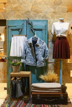 Visual merchandising is frequently assume as a mixture of art and science, so it may be a complex role. Here are a list of ideas for Visual Merchandising and Boutique Displays. Boutique Store Displays, Boutique Window Displays, Vintage Store Displays, Clothing Store Displays, Fashion Store Display, Store Window Displays, Fashion Stores, Boutique Interior, Boutique Decor