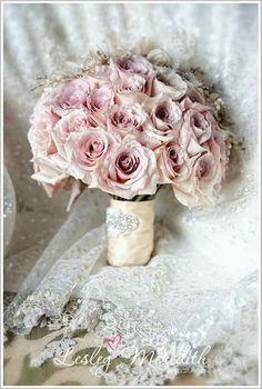 Hermoso ramo de novia muy romántico en palo de rosa
