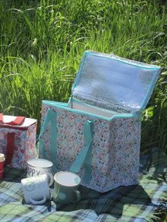 Picnic Bag ~ Meadow Floral Picnic Bag. #picnic #sassandbelle #britishsummer ~ www.thepicnicpatch.co.uk £6.50
