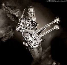 Geddy Lee Weinrib - a Canadian bass player of Rush, born to Polish Jewish parents. Getty Lee, A Farewell To Kings, Rush Music, Rush Concert, Rickenbacker Bass, Rush Band, Rock And Roll Fantasy, Alex Lifeson, Neil Peart