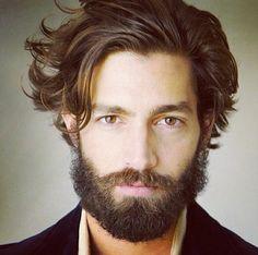 Barba masculina bem cheia.