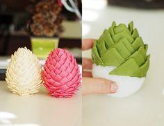 des pommes de pin décorées de tissu en rose, vert et blanc pour la fête de Noël …