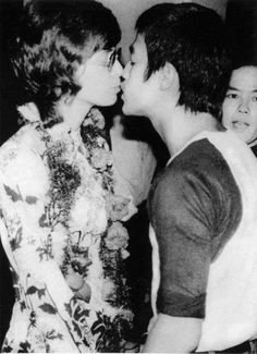 Bruce Lee and wife Linda kiss. Way Of The Dragon, Enter The Dragon, Bruce Lee Family, Family Guy, British Hong Kong, Francis Xavier, Bruce Lee Photos, Martial Arts Movies, Brandon Lee