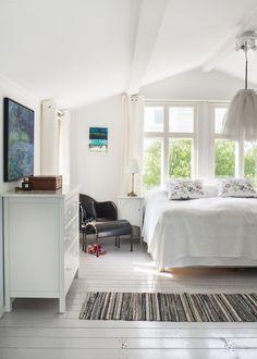 sovrum med trasmatta och lmapa som tyllkjol Interior Decorating, Interior Design, Natural Living, Old Houses, Villa, Inspiration, Furniture, Home Decor, Plan