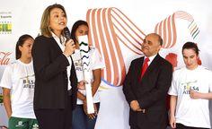 24-11-2015-Brasília - A secretária de Esportes do DF, Leila Barros, entrega a Tocha Olímpica para os atletas, durante assinatura de acordo de cooperação para o revezamento da Tocha Rio 2016