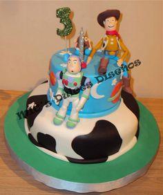 Torta dos pisos de Toy Story con tres personajes modelados en pasta de goma.
