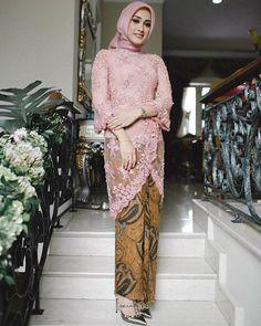 Remarkable Kabaya Style by Model Kebaya Modern, Kebaya Modern Dress, Modest Wedding Dresses, Trendy Dresses, Nice Dresses, Kebaya Hijab, Kebaya Muslim, Modern Hijab, Hijab Fashion