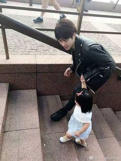 Jackson Wang and Aimee ; Jacksin is so husband material Got7 Jackson, Jackson Wang, Mark Jackson, Cute Asian Babies, Korean Babies, Cute Babies, Yugyeom, Youngjae, Couple With Baby