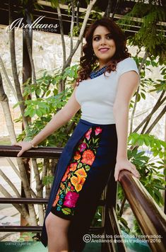 Soledad | Arellano's - Folklor a la Moda Fiesta Outfit, Mexican Outfit, Mexican Dresses, Mexican Style, Mexico Fashion, Fashion Sewing, Embroidery Dress, Rock, I Dress