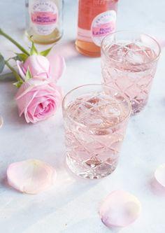 Cocktails til nytårsaften og mine nytårsplaner - Miss Jeanett Cocktails Made With Gin, Pink Cocktails, Pink Drinks, Bar Drinks, Summer Drinks, Drinks Med Gin, Beverage, Alcohol Aesthetic, Pink Aesthetic