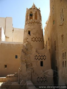 7000 inhabitants) town in Yemen. It has awesome mudbrick tower houses (up to 11 stories high). Some of them were built in century, which makes them the oldest tower houses in the world. Vernacular Architecture, Organic Architecture, Ancient Architecture, Amazing Architecture, Architecture Details, Gothic Architecture, Mud House, Kairo, Tower House
