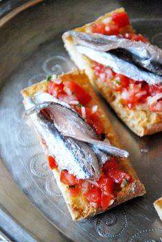 CHEZ SILVIA: Tosta de pan con tomate y boquerones en salazón