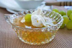 Feines Gelee aus süßen Weintrauben zaubert man mit diesem Rezept in die Dessertgläser.