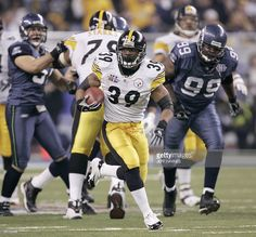 Running back Willie Parker (C) of the Pittsburgh Steelers runs for a Super Bowl record 75-yard touchdown, thanks to a crucial block from Alan Faneca, against the Seattle Seahawks in the third quarter during Super Bowl XL, 05 February 2006 in Detroit, MI. AFP PHOTO/Jeff HAYNES