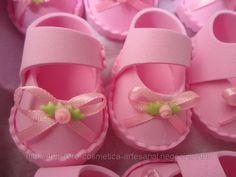 Sapatinho de EVA (ID#361916), preço R$1,50, comprar em Belo ... Distintivos Baby Shower, Baby Shower Parties, Shoe Cakes, Baby Shawer, Baby Alive, Doll Crafts, Arts And Crafts, Party, Felt Shoes