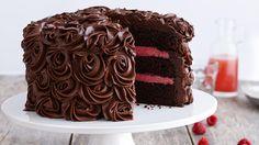 En skikkelig saftig festkake med mye deilig sjokolade. Er dere mange i familien som vil feire mor, og du har lyst til å gjøre noe ekstra, så vil denne saftige sjokoladekaken garantert imponere!