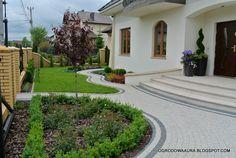 żurawki 'Cherry Cola' i 'Shanghai', wrzosy 'Dark Beauty… Minimalist Living, Dark Beauty, Living Room Designs, Sidewalk, Garden Modern, Minimal Living, Side Walkway, Modern Gardens, Walkway