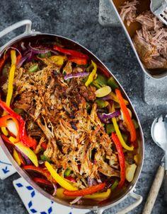 Tuorekset-reseptit - Pulled pork ja kasvikset. Helppoa ja herkullista, ja mehevää, kun et säästele BBQ-kastikkeessa. Japchae, Bbq, Ethnic Recipes, Blessed, Peace, Movie, Fish, Red Peppers, Barbecue